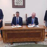 Richard Raši a Nenad Popović podpisujú memorandum
