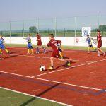 Športové ihrisko, na ktorom deti hrajú loptovú hru