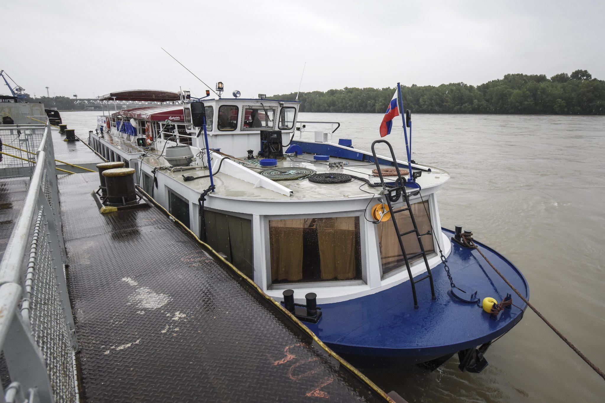 Loď smerujúca z Prahy na Domašu sa zastavila v Bratislave