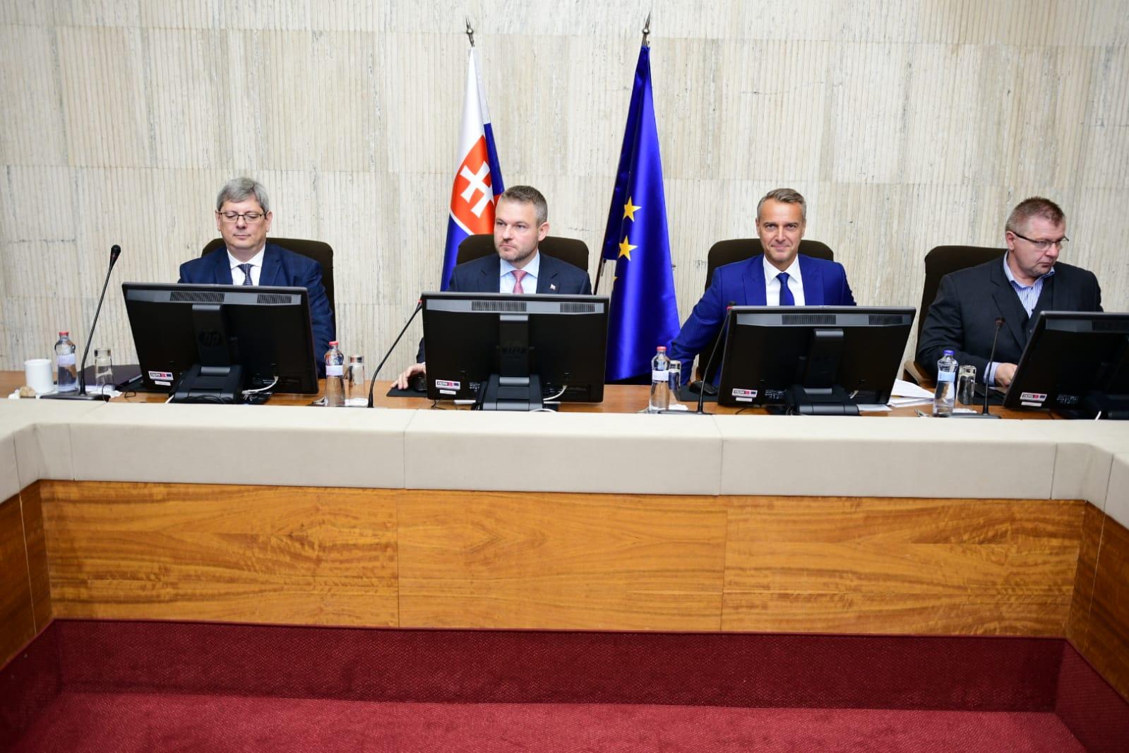 Vláda schválila premiestnenie peňazí medzi operačnými programami