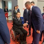 Richard Raši podáva ruku hendikepovanému športovcovi