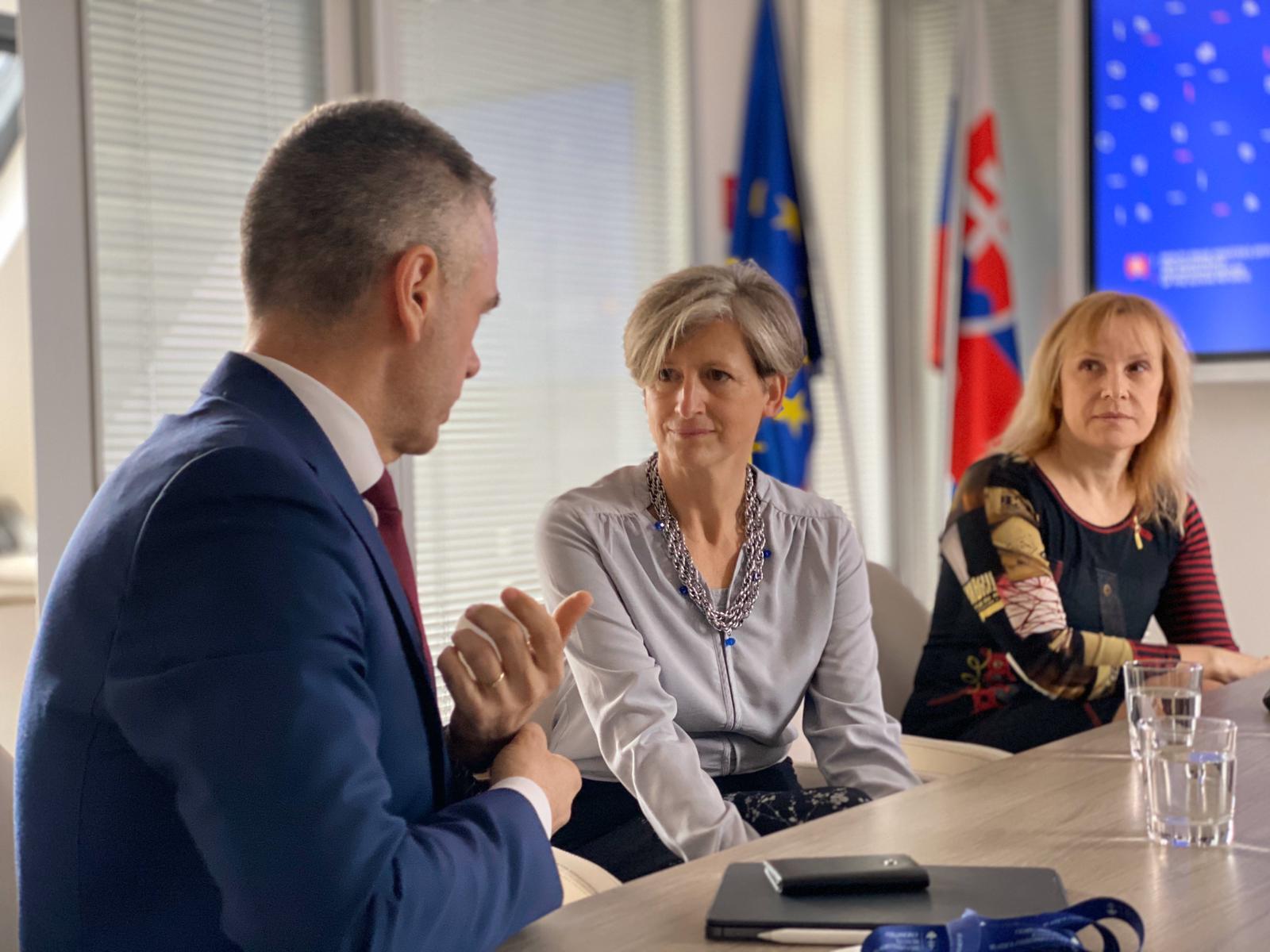 Úrad vicepremiéra prijal Gabriellu Cseh, CEE Facebooku pre oblasť verejnej politiky