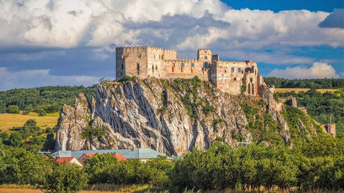 Vicepremiérka Remišová: Na obnovu hradu Beckov pôjde 809 000 eur